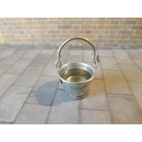 Seau en métal avec eau , 1,6cm de haut