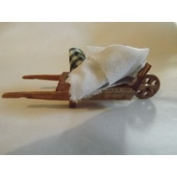 Brouette avec linge,  8cm de long