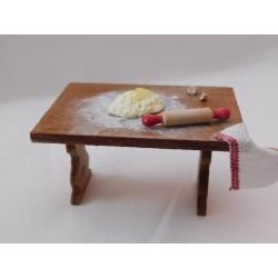 Table de cuisine garnie, modèle c.  3,2cm de haut